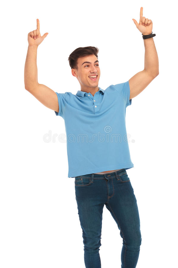 Mann, der mit beiden Händen angehoben feiert stockfotografie