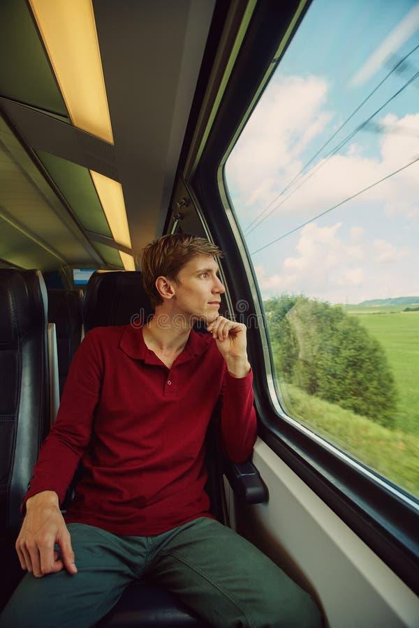 Mann, der mit dem Zug reist lizenzfreie stockbilder