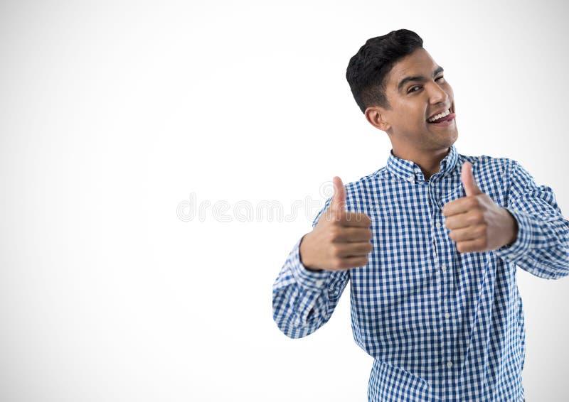 Mann, der mit den Daumen oben lächelt lizenzfreies stockfoto