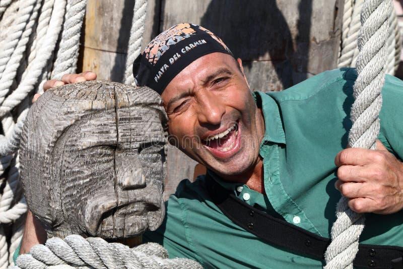 Mann, der mit einem Bandana auf seinem Kopf lächelt stockfoto