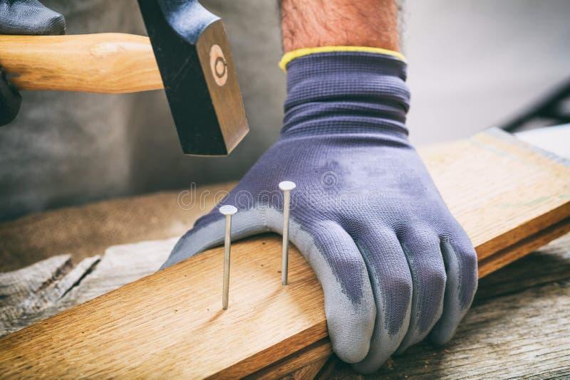 Mann, der mit einem Hammer arbeitet lizenzfreie stockfotos