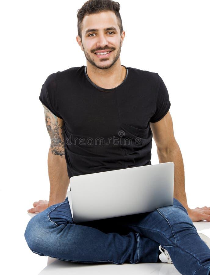 Mann, der mit einem Laptop arbeitet lizenzfreie stockfotografie
