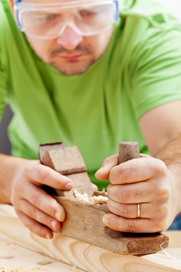 Mann, der mit Flugzeug des Tischlers arbeitet stockfotos
