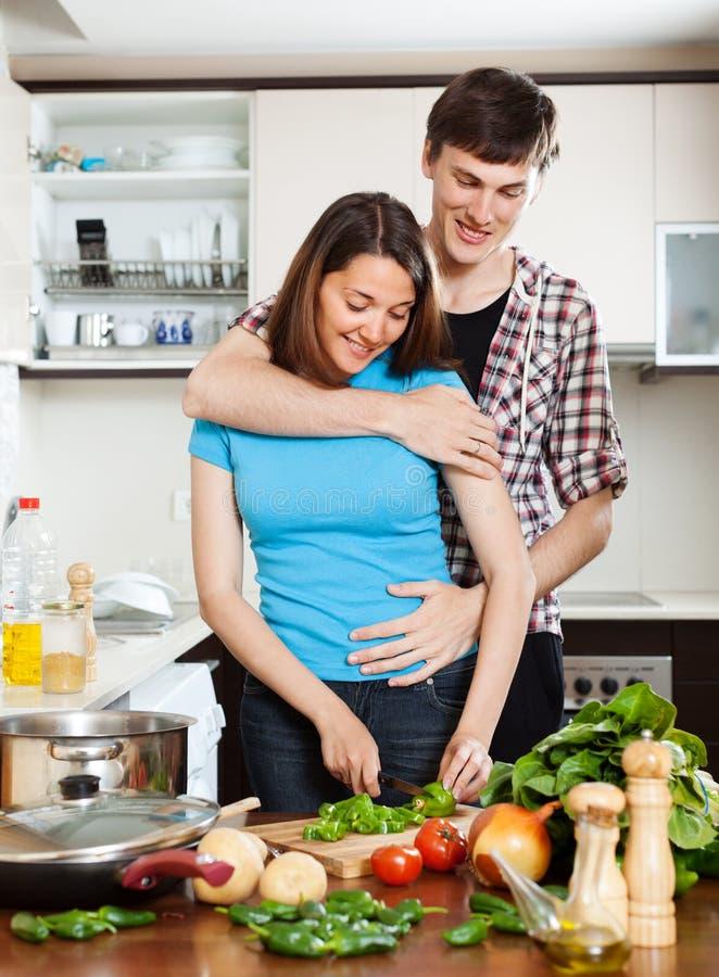 Mann, der mit hübschem Mädchen in der Küche flirtet stockbild