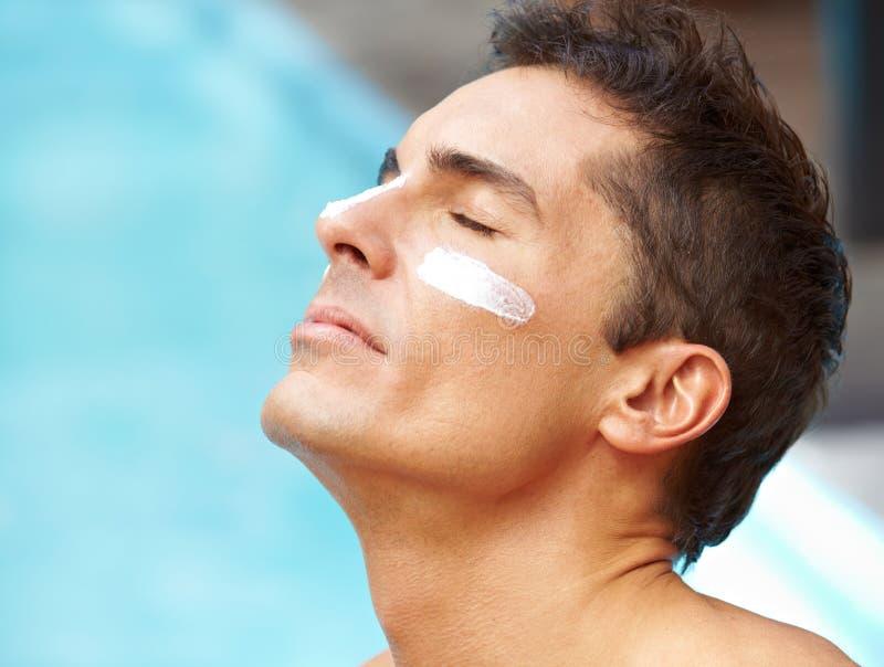 Mann, der mit Lichtschutz ein Sonnenbad nimmt lizenzfreies stockfoto
