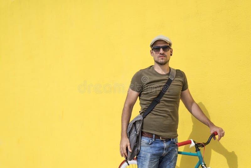Mann, der mit seinem örtlich festgelegten Gangfahrrad aufwirft lizenzfreie stockfotos