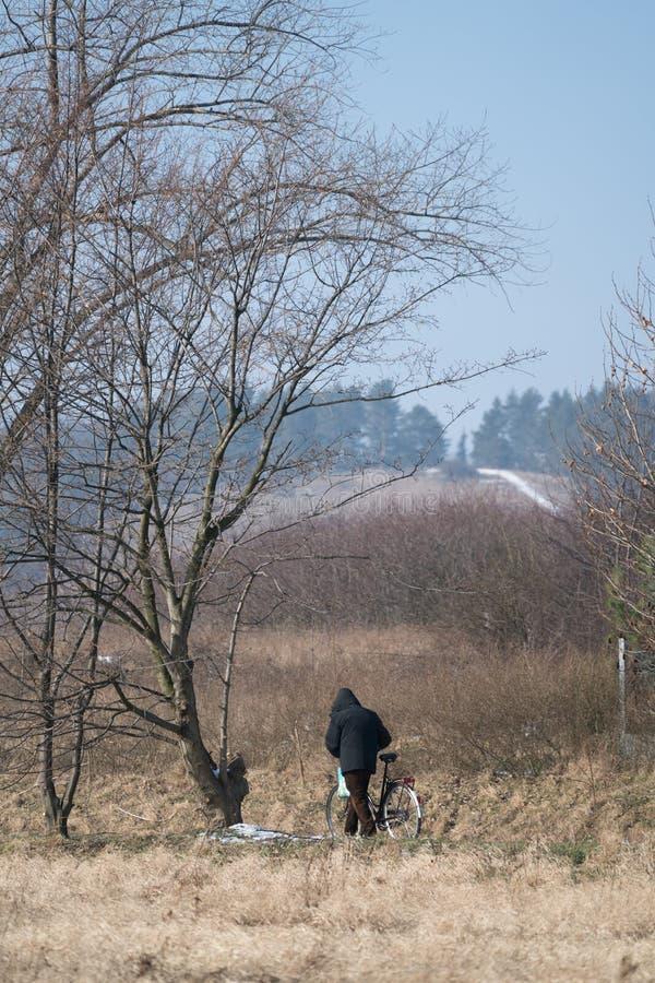 Mann, der mit seinem Fahrrad geht lizenzfreie stockfotografie