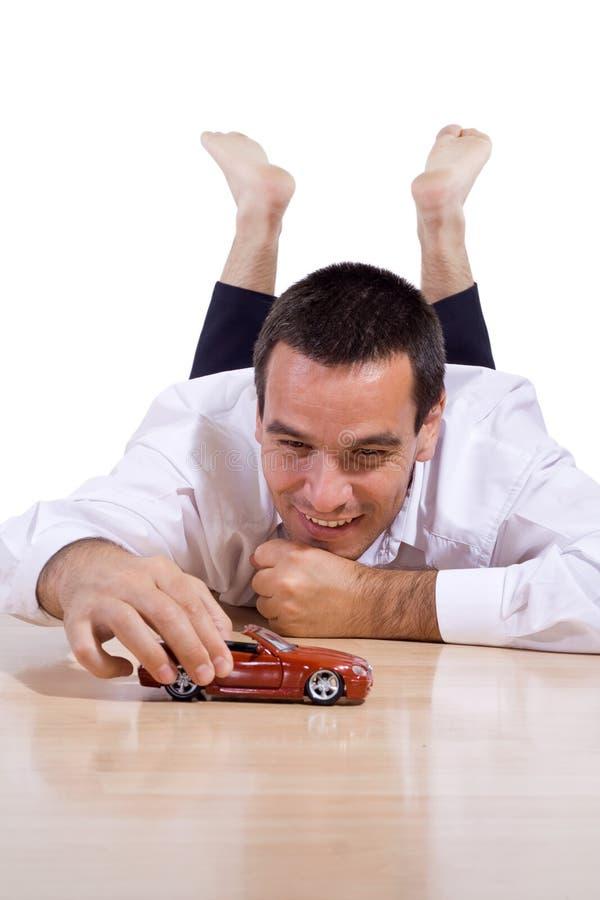Mann, der mit Spielzeugauto spielt stockfoto