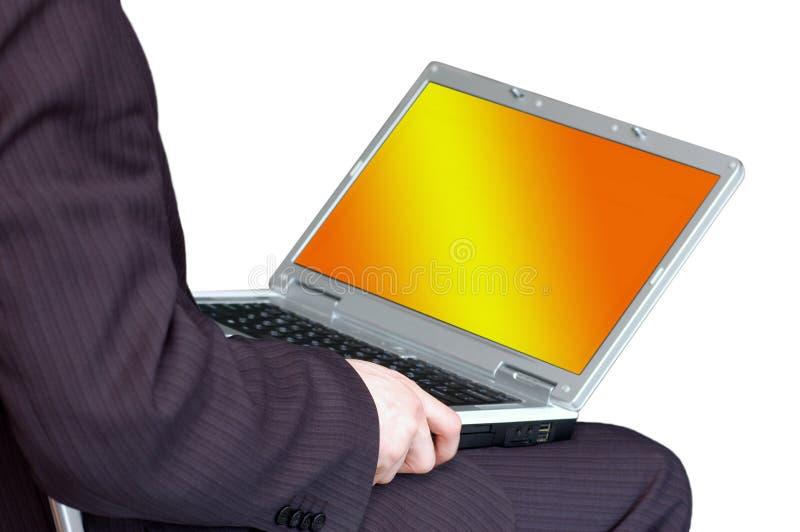 Mann, der mit tragbarem Computer arbeitet lizenzfreies stockfoto