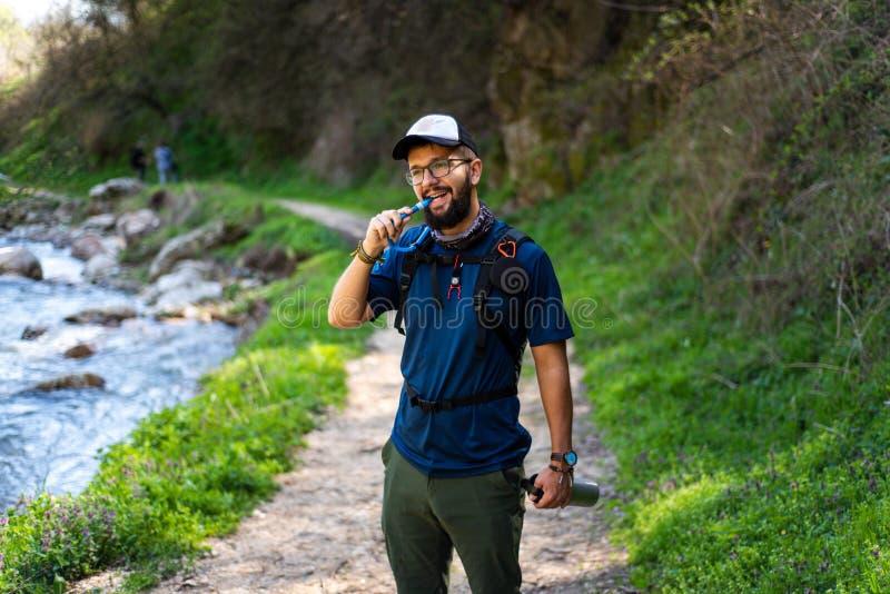 Mann, der mit Wasserleitung wandert und hydratisiert lizenzfreies stockbild
