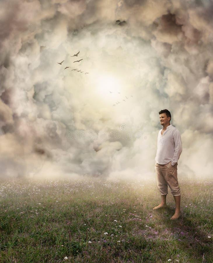 Mann, der mit Zufriedenheits-Ausdruck mit offenem Heben hinter ihm steht stockfotografie