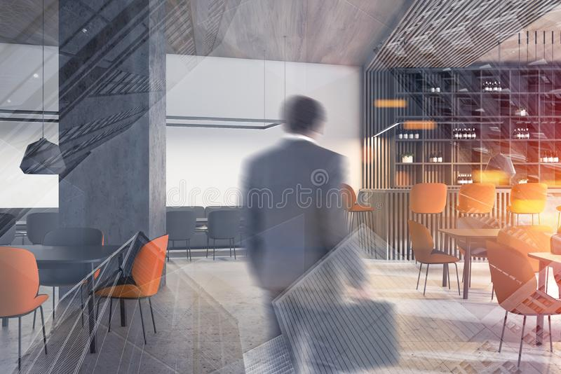 Mann, der moderne weiße Stange betritt lizenzfreies stockbild