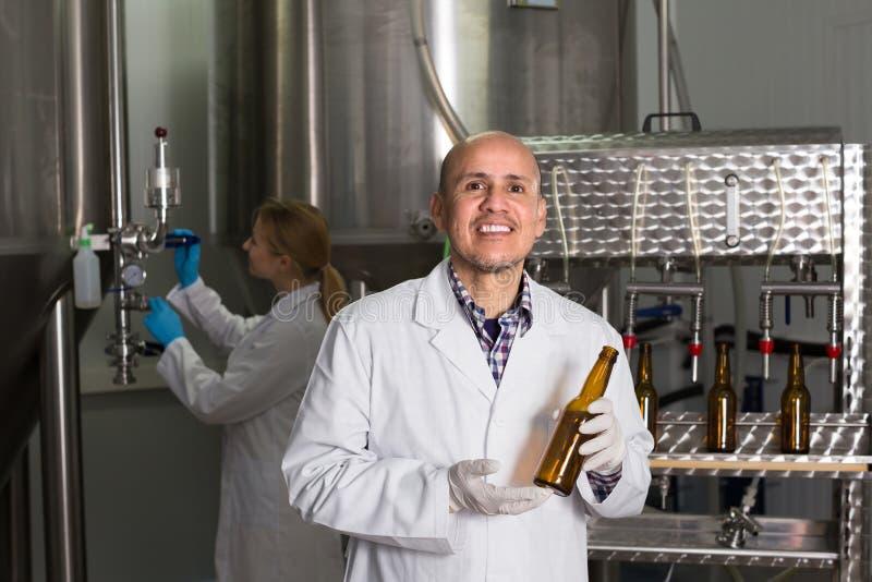 Mann, der an moderner Brauerei arbeitet lizenzfreie stockfotos