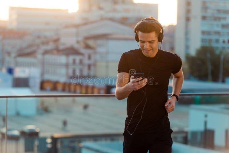 Mann, der Musikbahn wählt lizenzfreie stockbilder