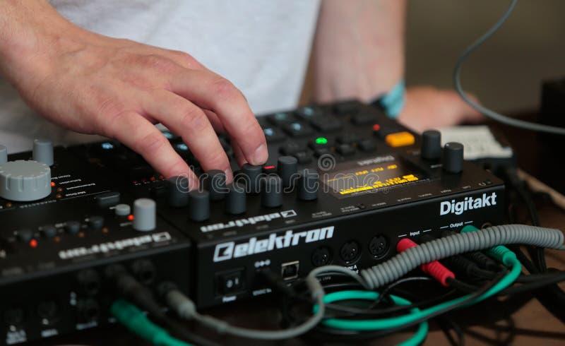 Mann, der Musiksynthesizer am Sonar verwendet lizenzfreie stockfotografie