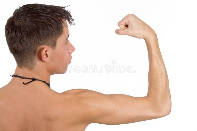 Mann, der Muskeln biegt lizenzfreie stockfotos