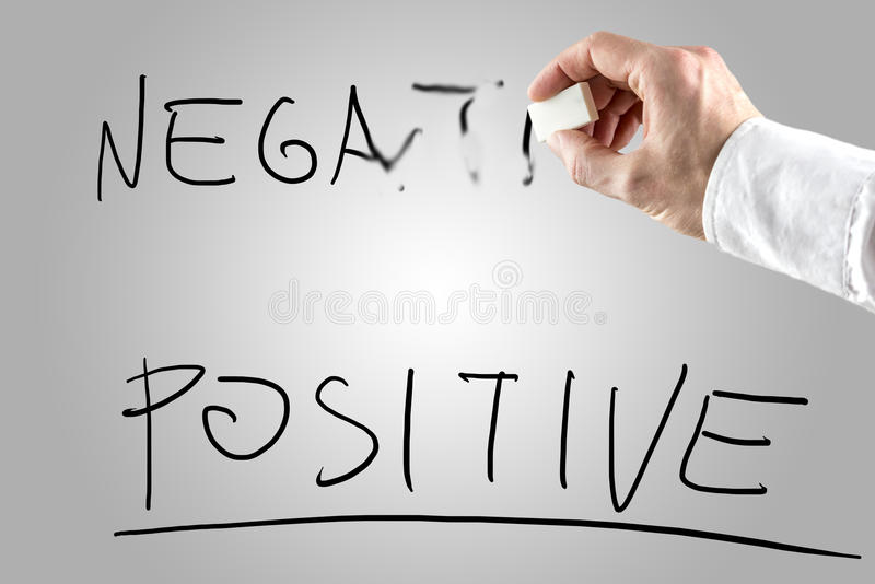 Mann, der Negativ über Positiv löscht lizenzfreies stockfoto