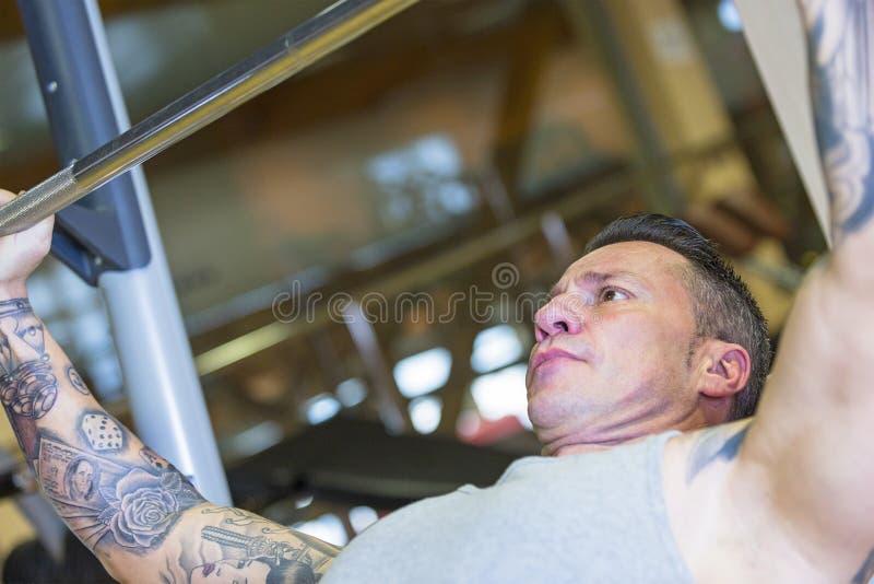 Mann, der Neigung - Trainingsprogramm drücken lässt stockfotos