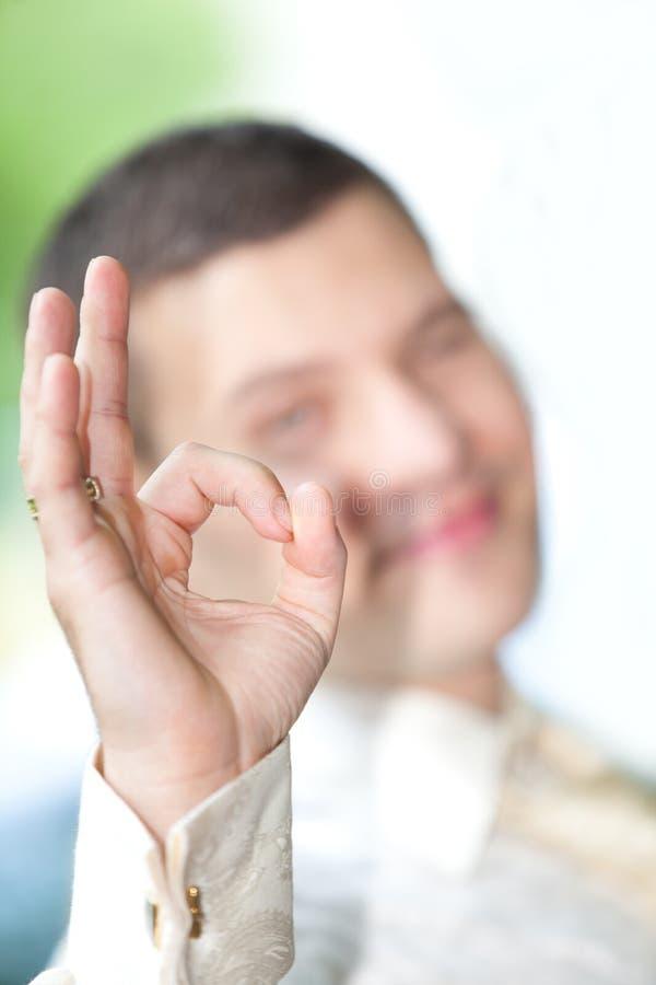 Mann, der o.k. darstellt stockbild