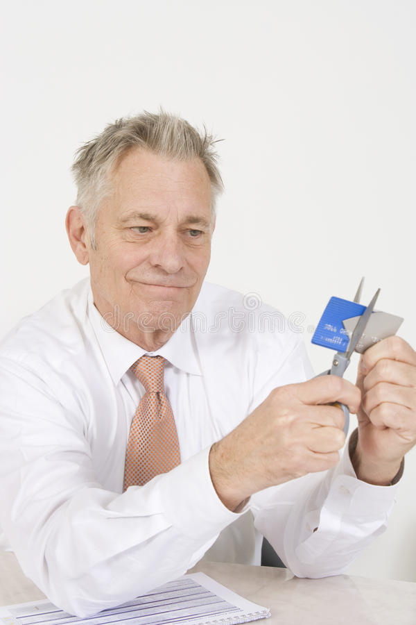 Mann, der oben Kreditkarte schneidet lizenzfreie stockfotografie