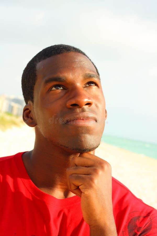 Mann, der oben schaut lizenzfreies stockbild