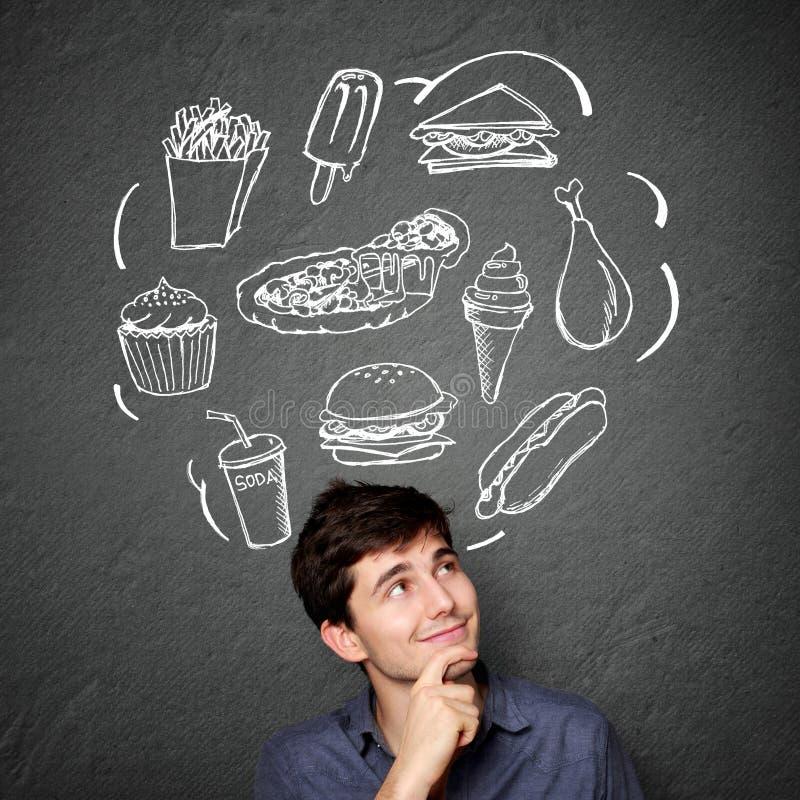 Mann, der oben schaut, denkend was zu essen lizenzfreies stockbild