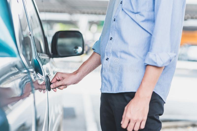 Mann, der oben zuschließt oder Autotür mit Schlüssel entriegelt stockfotos