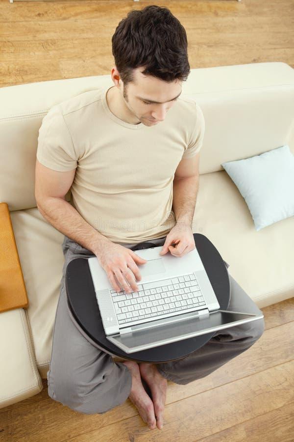 Mann, der obenliegende Ansicht des Laptops verwendet lizenzfreie stockfotos