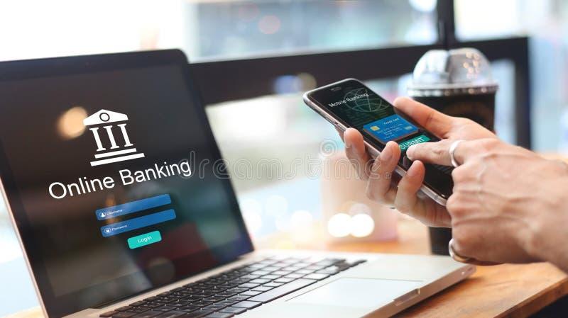 Mann, der Online-Banking mit Kreditkarte auf Touch Screen Gerät verwendet lizenzfreie stockfotografie