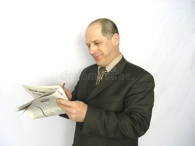 Mann, der Papier betrachtet stockbilder