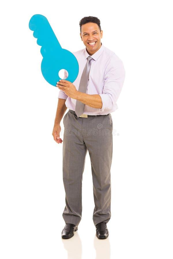 Mann, der Papierschlüssel zeigt lizenzfreies stockfoto