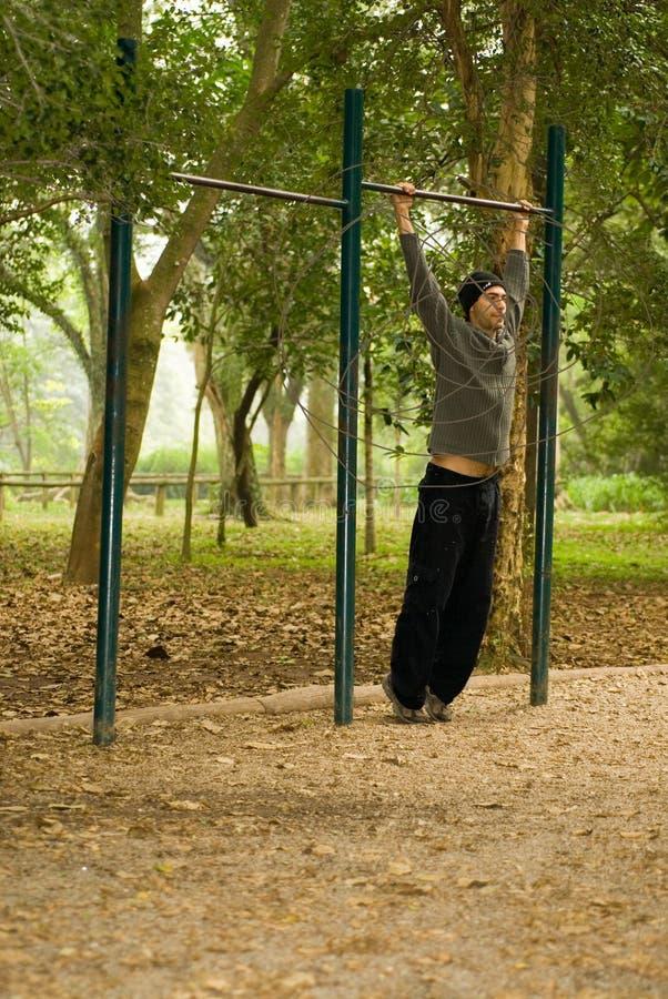 Mann, der am Park - Vertikale spielt stockbilder