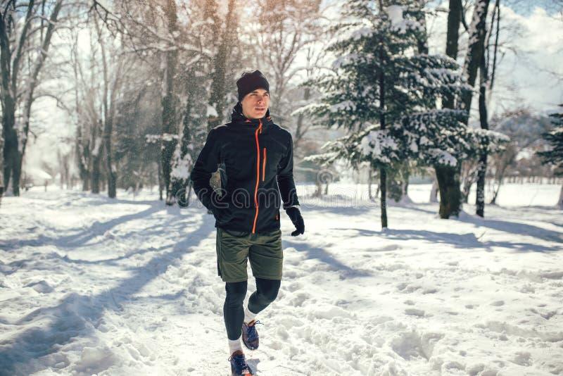 Mann, der Pause vom Laufen in extreme Schneeverhältnisse macht lizenzfreies stockfoto