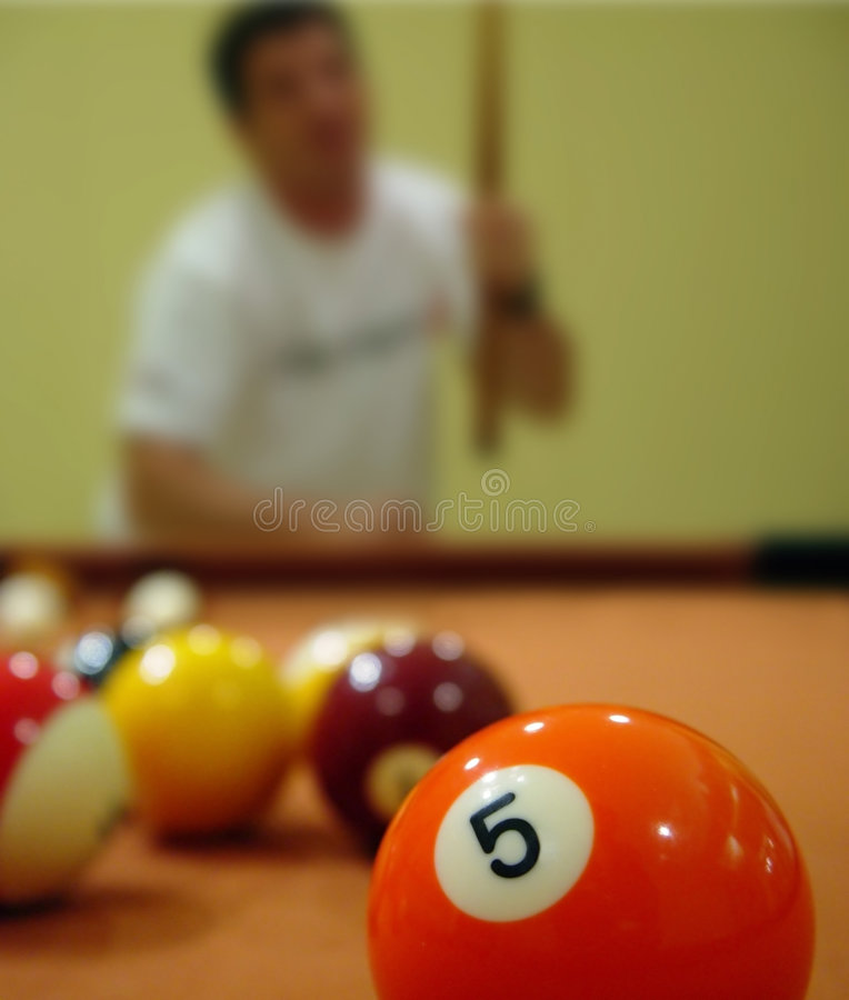 Mann, der Pool spielt lizenzfreie stockfotografie