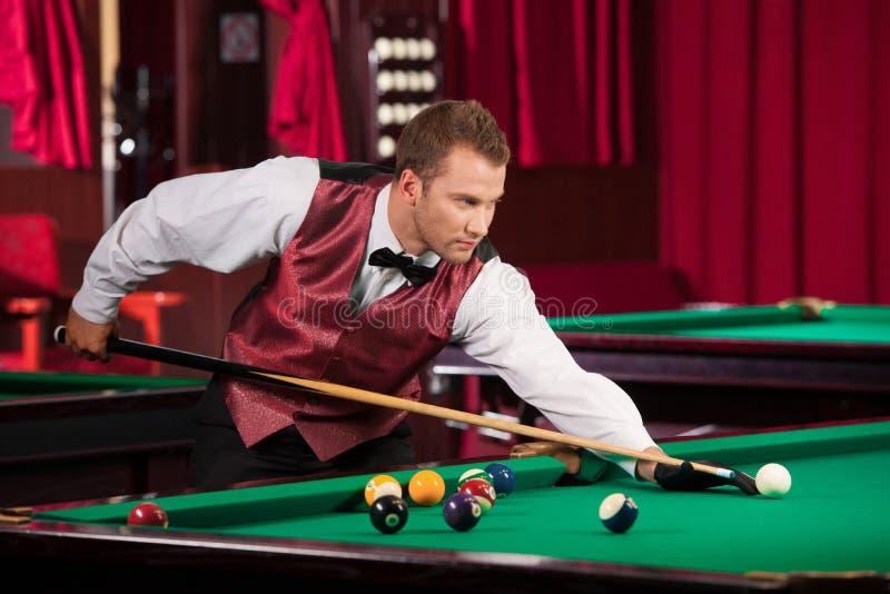 Mann, der Pool spielt. lizenzfreie stockfotografie