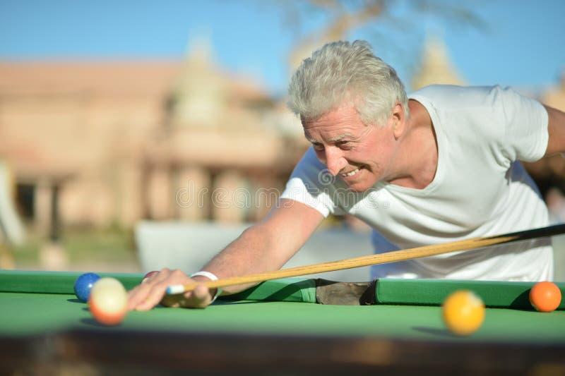 Mann, der Pool spielt stockbilder