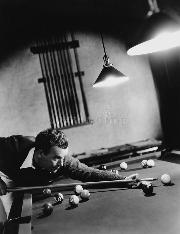 Mann, der Pool spielt (alle dargestellten Personen sind nicht längeres lebendes und kein Zustand existiert Lieferantengarantien,  stockbilder