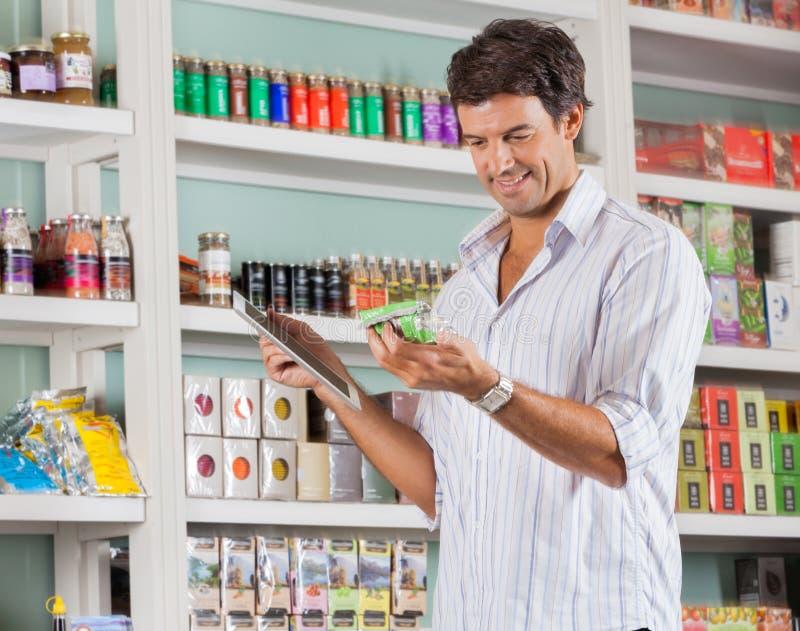 Mann, der Produkt betrachtet lizenzfreies stockbild