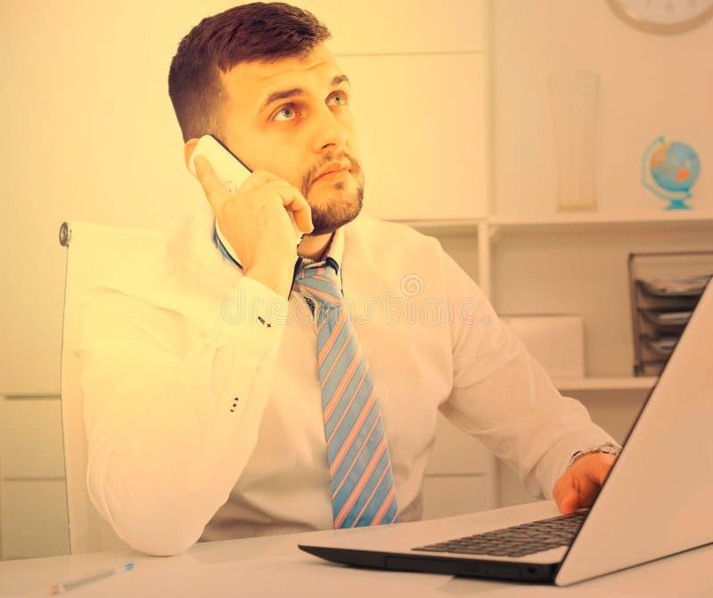 Download Mann, Der Produktiv Arbeitet Stockbild - Bild von geistesstörung, anmerkungen: 90235875