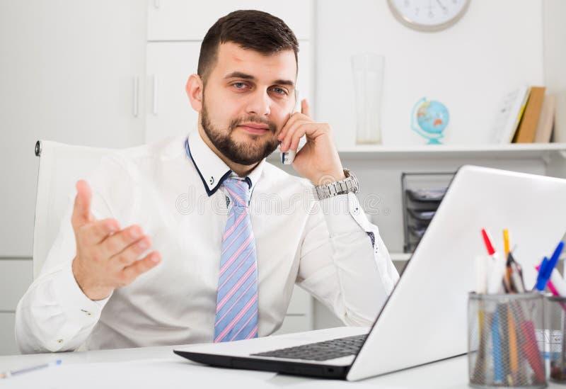 Download Mann, Der Produktiv Arbeitet Stockbild - Bild von anmerkungen, kerl: 90236363