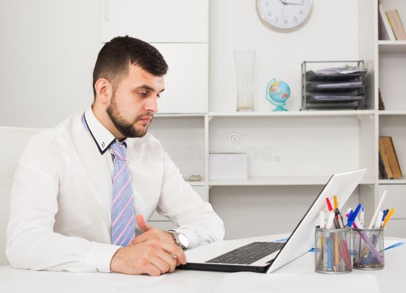 Download Mann, Der Produktiv Arbeitet Stockbild - Bild von geschäft, intelligent: 90236551