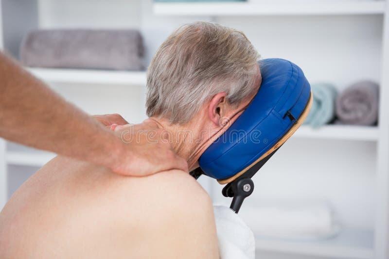 Mann, der Rückenmassage hat lizenzfreies stockfoto