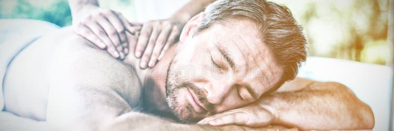Mann, der Rückenmassage vom Masseur empfängt lizenzfreies stockbild