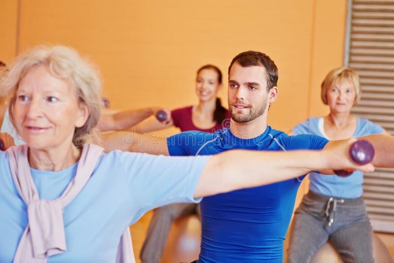 Mann in der rückseitigen Trainingskategorie in der Gymnastik stockbild