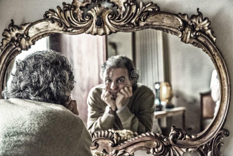 Mann, der Reflexion schaut stockfotos