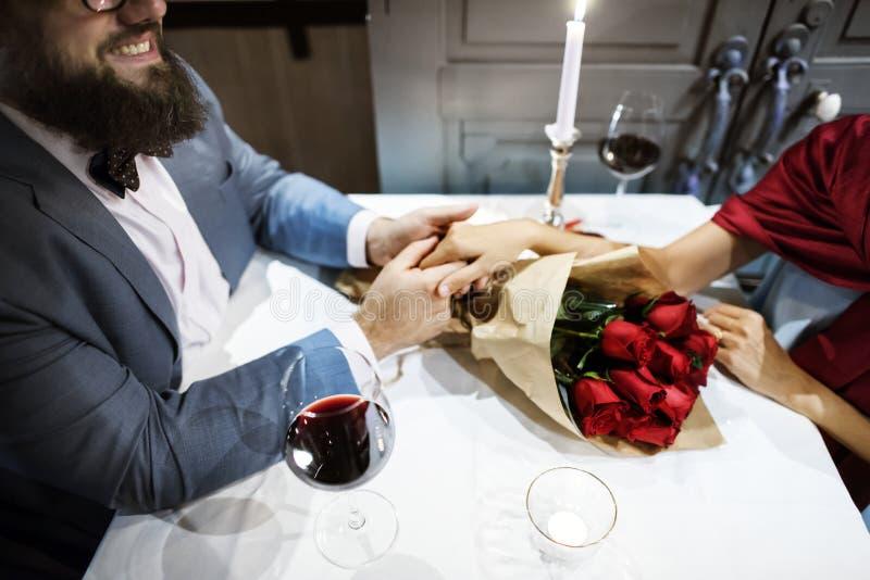 Mann, der Rotrosenblumenstrauß gibt lizenzfreies stockfoto