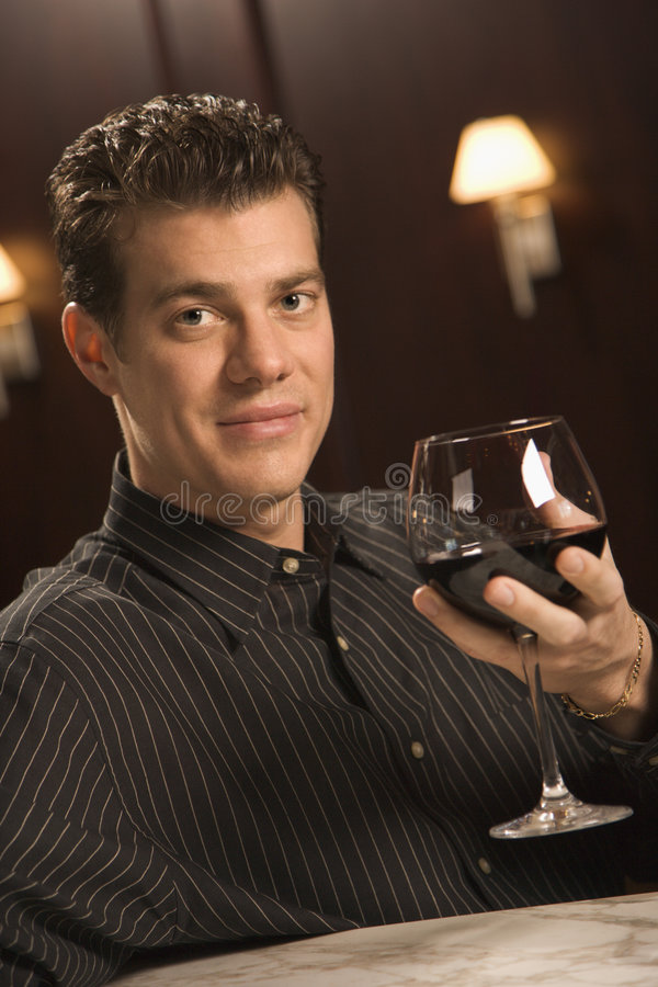 Mann, der Rotwein trinkt. lizenzfreie stockfotografie