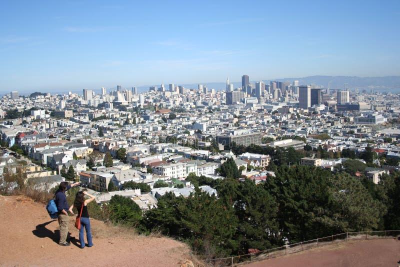 Mann, der in San Francisco zeigt lizenzfreie stockfotos