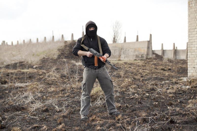 Mann in der Schablone mit Gewehr stockbilder