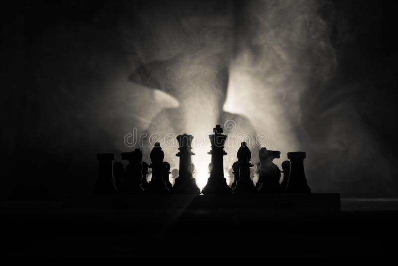 Mann, der Schach spielt Furchtsames unscharfes Schattenbild einer Person am Schachbrett mit Schach stellt dar Dunkler getonter ne stockfoto